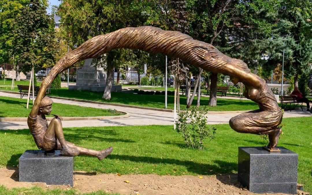 Мащабна скулптурна творба на Атанас Карадечев украси централния парк на Куклен